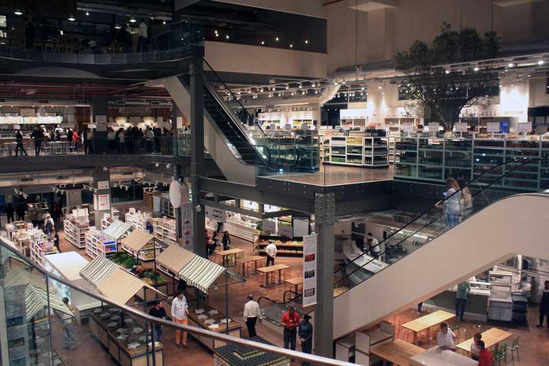 No plano do segundo andar, a área de vinhos, cervejas e azeites. No primeiro andar, o mercado de hortaliças.